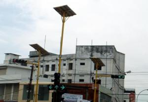 Solar panel lighting up the traffic lights. Source: Wikimedia Commons