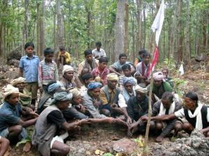 बैगा जंगल में अपने देवता की पूजा करते हुए