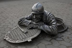 A memorial to sanitary technician man in Russia. In India, manhole workers are treated as untouchables. Photo by: Vladimirovich//Wikicommons