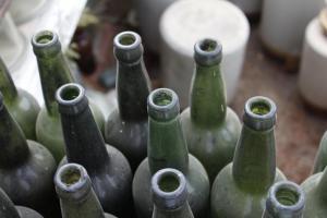 एल्यूमीनियम के डिब्बे के मुकाबले एक कांच की बोतल के उपयोग में केवल 10 प्रतिशत ऊर्जा की ही आवश्यकता होती  है