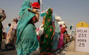 पर्दर्शनकारी 2007 में दिल्ली की तरफ पद यात्रा करते हुए । सौजन्य: एकता परिषद्